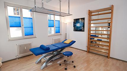 Blauer Therapieraum mit Schlingentisch